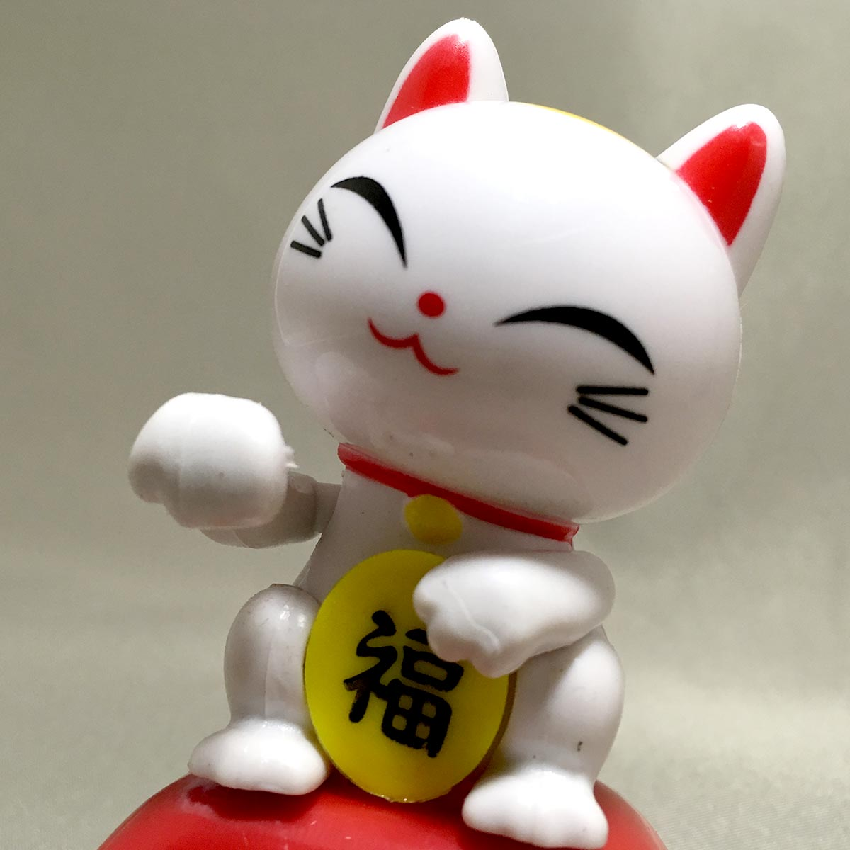 Solar Powered Swinging Lucky Cat - cat close view